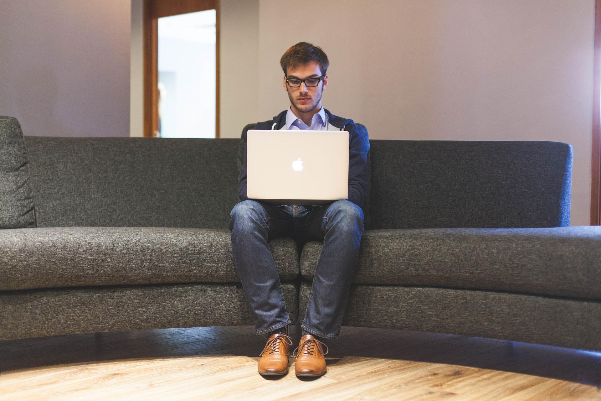 Jak połączyć etat z prowadzeniem własnej firmy?
